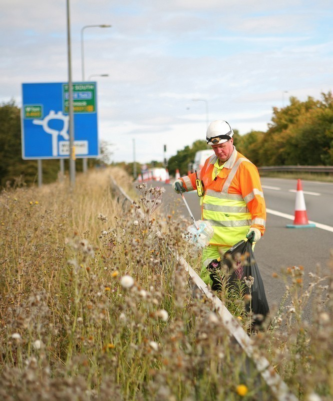 Highways_England_picking_up_litter_at_the_road_side_CC_Highways_England_@Flickr