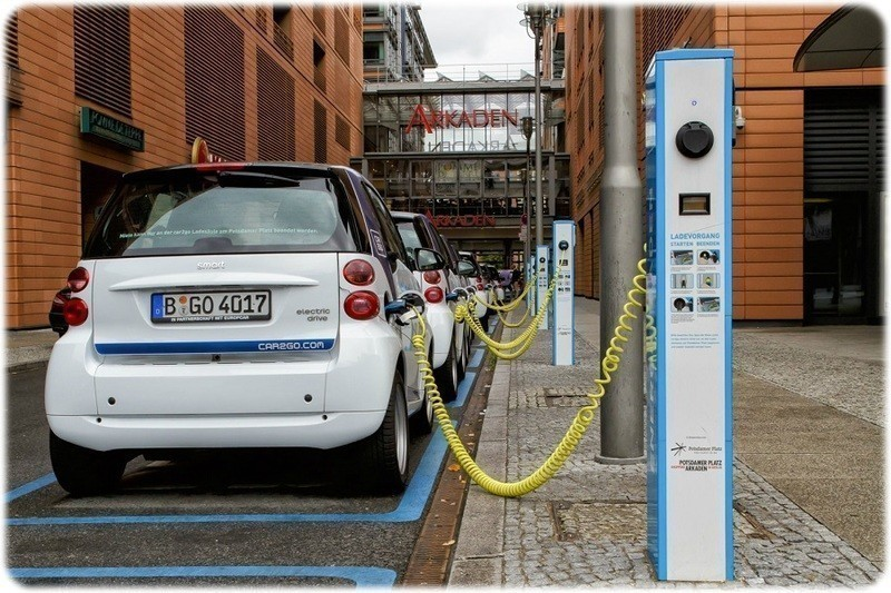 German_Electric_Smart_Car_being_charged_in_the_Street_in_Berlin (By Avda (Own work) [CC BY-SA 3.0 (http://creativecommons.org/licenses/by-sa/3.0)], via Wikimedia Commons)
