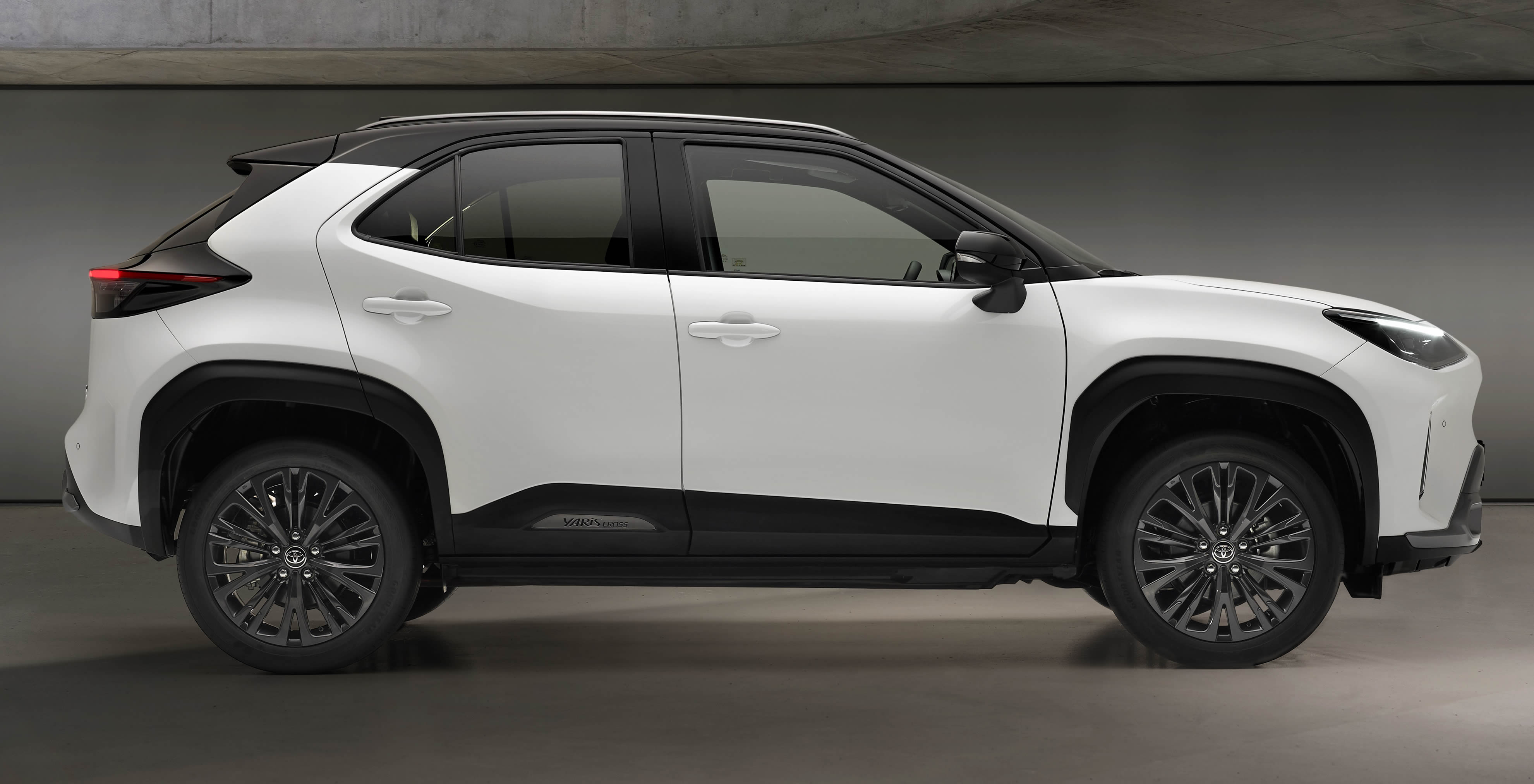 2021 new Toyota Yaris Cross Dynamic exterior side image